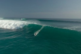 Swell mémorable à Uluwatu - Bali !