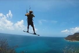 Nick Jacbosen saute d'une montagne