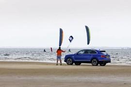 2 kitesurfeurs VS Bentley Bentayga V8