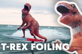 Un T-Rex sachant foiler !