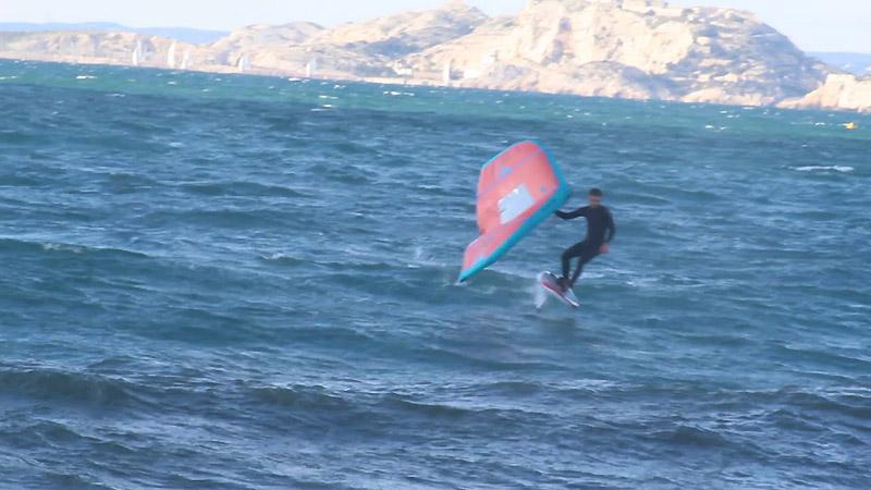 Tom Auber en wingfoil à Marseille